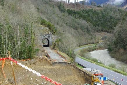 Les travaux sur la voie entre Oloron et Bedous ont commencé il y a presque un an. les rails nouveaux seront bientôt posés